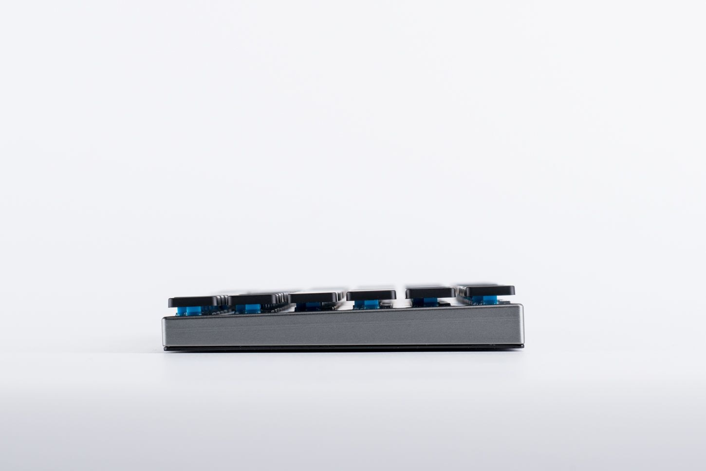 The switches are visible under the key caps on the Vinpok Taptek keyboard