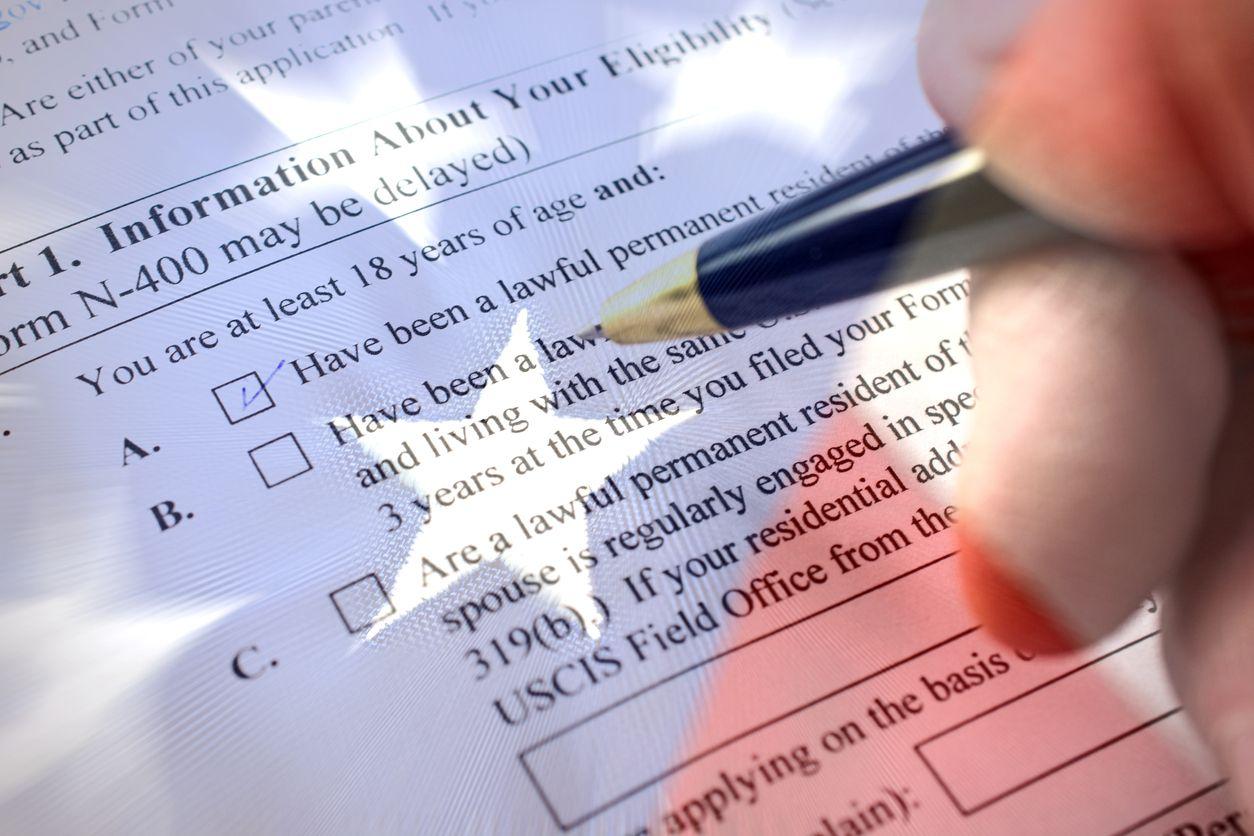 El formulario n400 para solicitar la naturalización iStock.