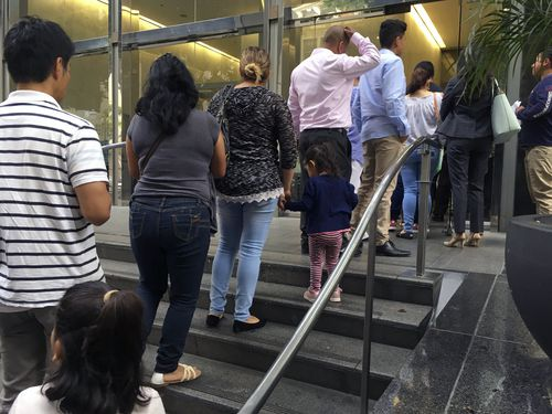Un grupo de personas hace fila en una corta migratoria en Los Ángeles. Se calcula que hay más de 714,000 casos acumulados.