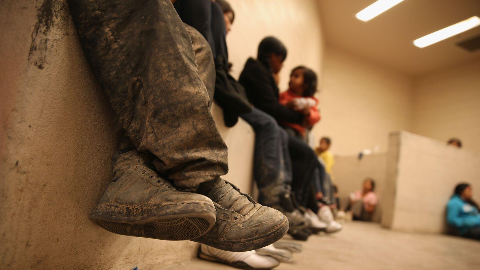 Mujeres y niños en una celda de detención para inmigrantes en McAllen, Texas.