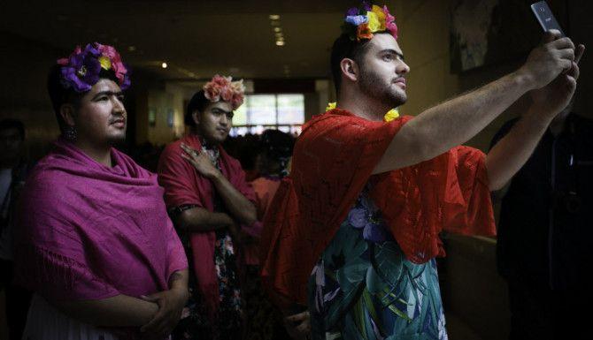 Matthew Veselka se toma una foto con su esposo y amigos en el Frida Fest en Dallas. Tailyr Irvine/The Dallas Morning News)