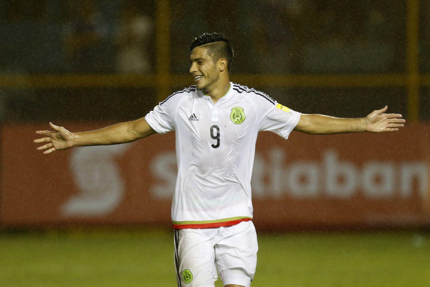 Raúl Jiménez celebra luego de anotar un gol de México an el partido ante El Salvador, en eliminatorias mundialistas. AP