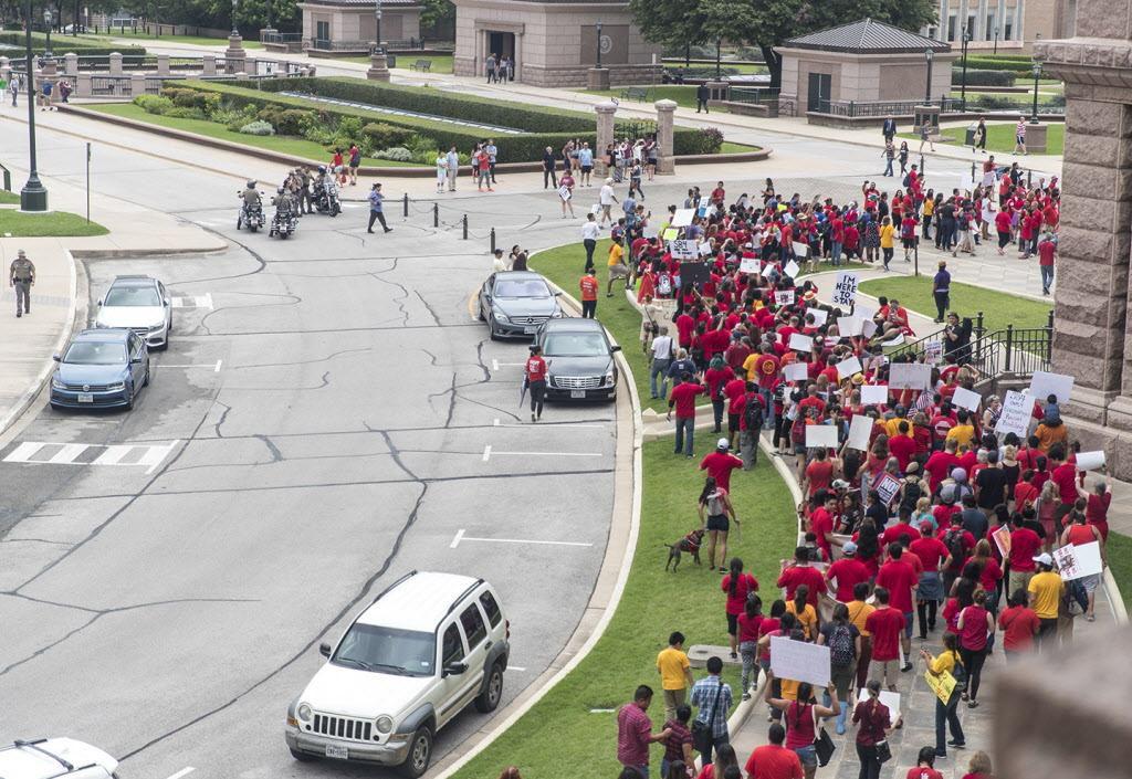 Cientos de manifestantes se congregaron a fines de mayo en el capitolio de Austin para protestar contra la ley SB4. (AP/RICARDO BRAZZIELL)