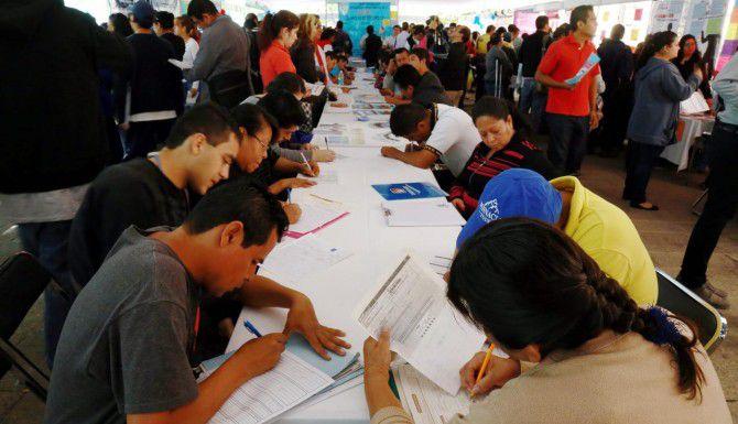 Decenas de personas acuden a una feria de trabajo en Jalisco.(AGENCIA REFORMA)