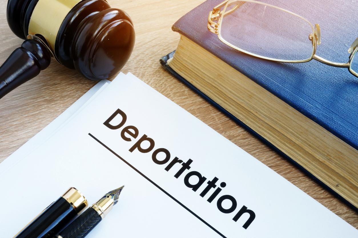 Cortes de inmigración suspenden ayuda legal a inmigrantes en proceso de remoción.(GETTY IMAGES)