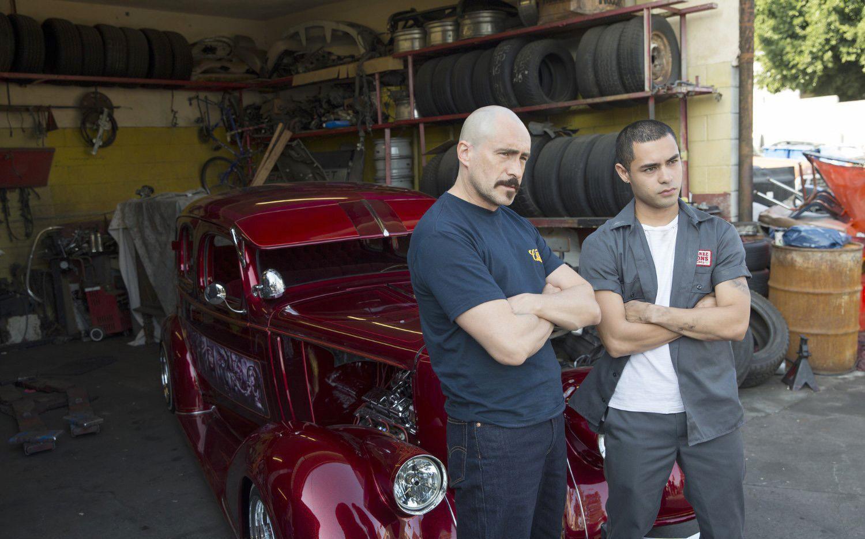 Los actores Demián Bichir (izq.) y Gabriel Chavarria estelarizan la cinta Lowriders.(CORTESIA)