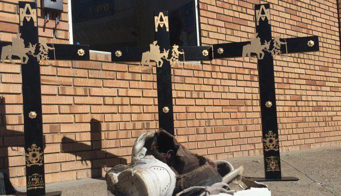 Las tres cruces que serán instaladas junto al Río Grande, donde Francisco orará por los migrantes que están en medio de su travesía, por los que se hallan detenidos o enfrentan la deportación, y por los que han muerto al cruzar la frontera. Los zapatos viejos, que fueron abandonados en la Casa del Migrante en Ciudad Juárez, serán colocados como recordatorio de los que los migrantes dejaron atrás. (JORGE CHÁVEZ RAMÍREZ/AL DÍA)