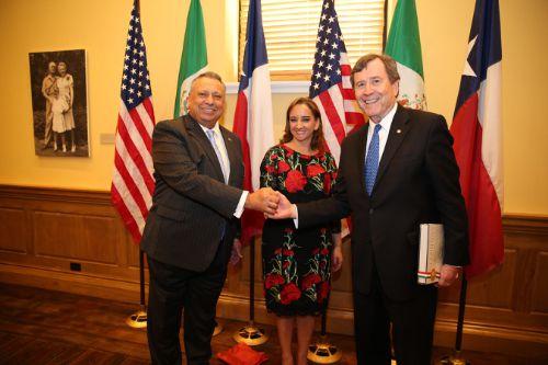 Juan González Moreno, Director General de Mission Foods, Claudia Ruiz Massieu, Secretaria de Relaciones Exteriores de México  y  Gerald Turner, presidente de SMU.