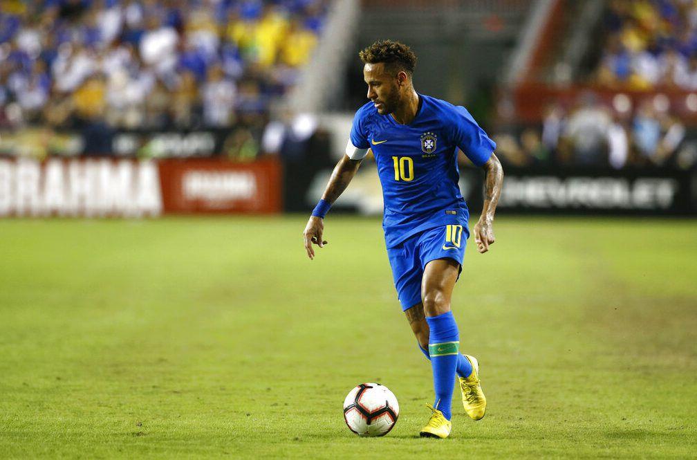 ARCHIVO – En imagen de archivo del martes 11 de septiembre de 2018, el delantero brasileño Neymar avanza con el balón durante un partido ante El Salvador, en Landover, Maryland. (AP Foto/Patrick Semansky, archivo)