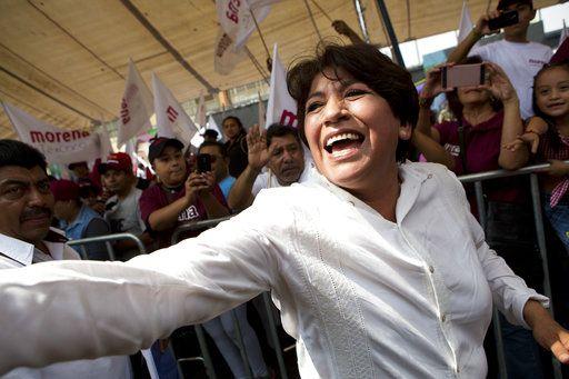 Deflina Gómez, candidata del partido MORENA, saluda a unos partidistas en Nezahualcoyotl, México. Foto AP.