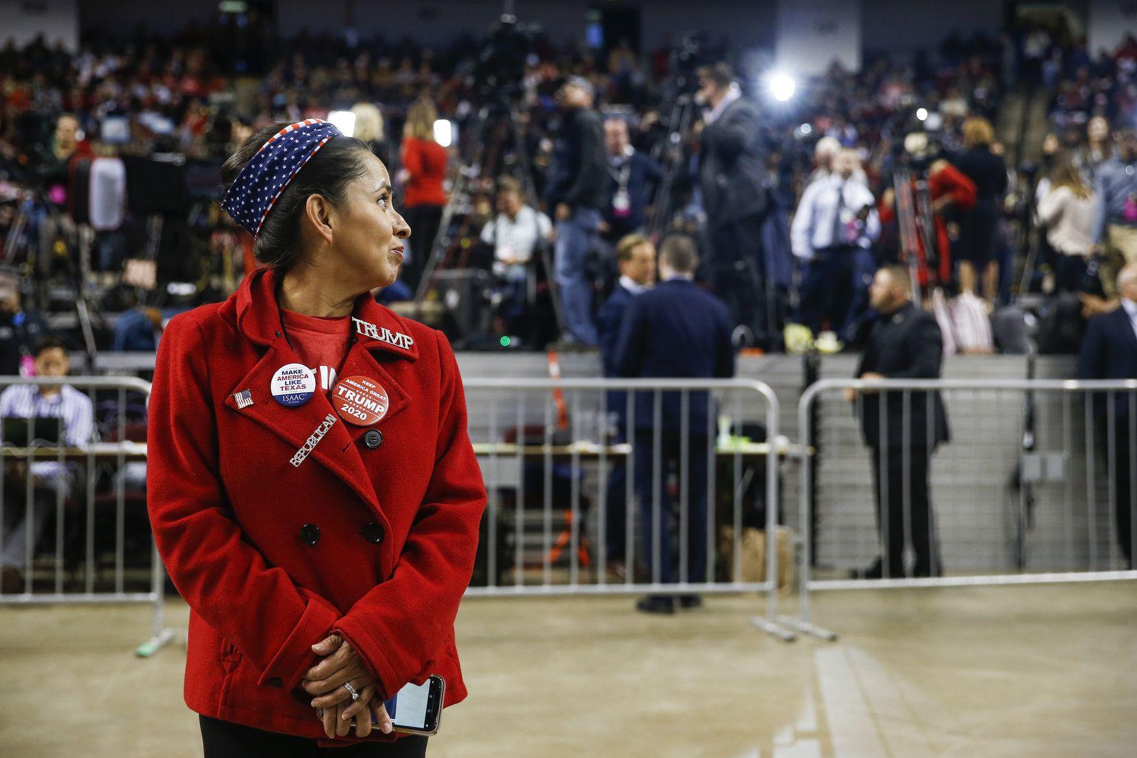 Avec des membres de la presse en arrière-plan, Martha Doss attendait l'arrivée du président Donald Trump lors d'une réélection en novembre à Bossier City.