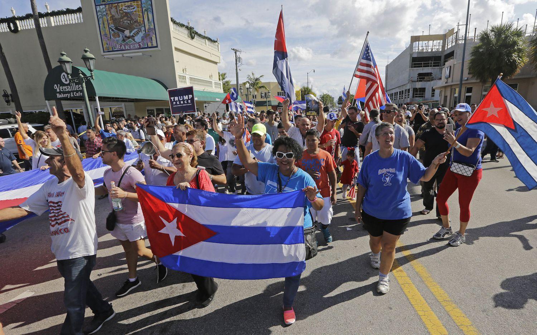 Cientos de personas de la comunidad cubano americana de Miami demostraron su alegría por la muerte del ex presidente  Fidel Castro. AP