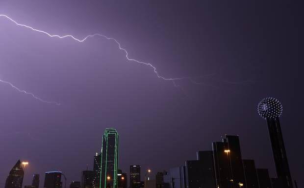 El Metroplex y buena parte del estado sufrió los embates de una tormenta con vientos de 40 a 60 millas por hora, la noche del martes.