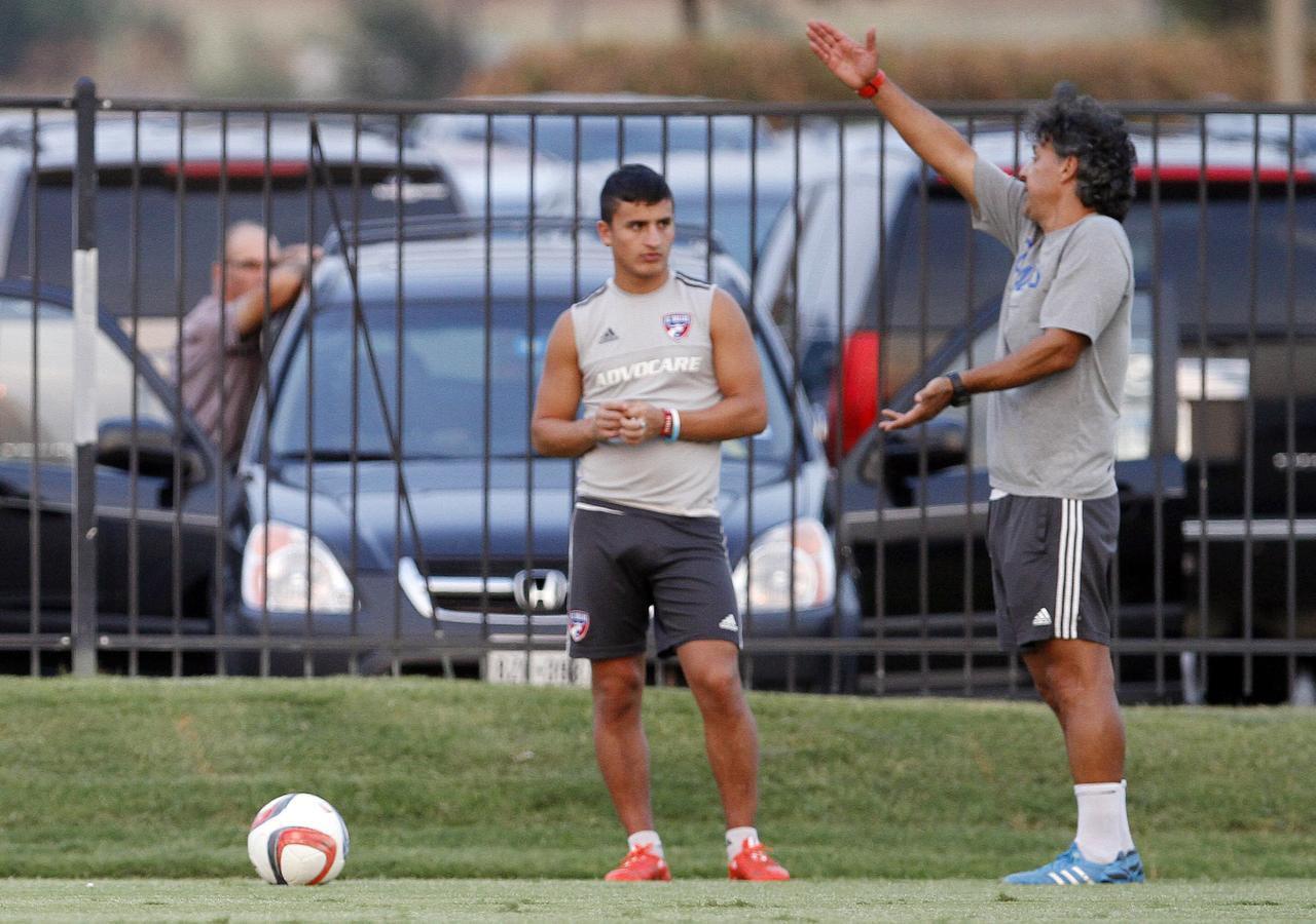 El coach de acondicionamiento físico del FC Dallas Fabián Bazán (der.) da instrucciones al jugador argentino Mauro Díaz durante una práctica del equipo en Frisco. (Special Contributor/BEN TORRES)