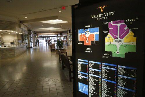 Un directorio de las tiendas que alguna vez tuvo el Valley View Mall, en vías de demolición. NATHAN HUNSINGER/DMN