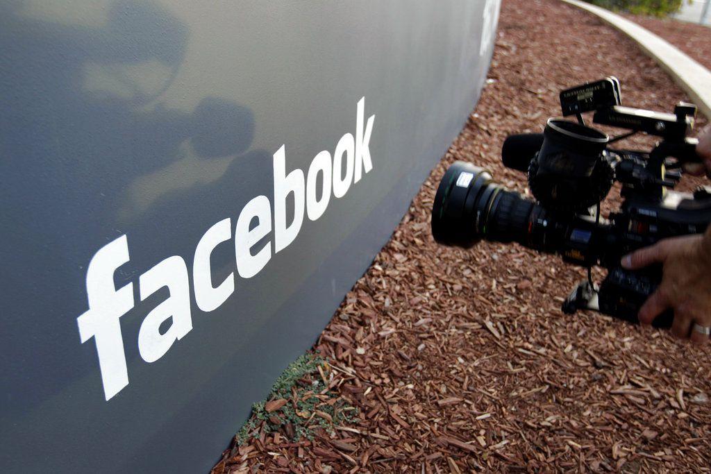 Foto tomada el 18 de mayo del 2012 de la entrada del edificio sede de Facebook en Menlo Park, California. (AP Photo/Paul Sakuma, File)
