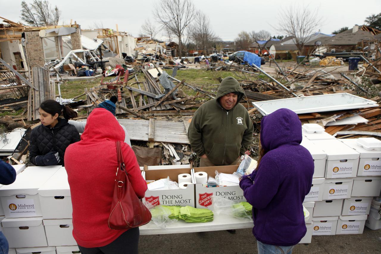 El pastor Antonio César Guel, con la Alianza Hispana Evangélica Ministerial, habla con víctimas del tornado que destruyó viviendas en Garland. (Especial para Al Día/Ben Torres)