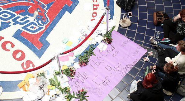 Estudiantes de la preparatoria McKinney Boyd colocan flores y tarjetas en la escuela en memoria de Raymond Howell. (TWITTER/CORTESÍA)