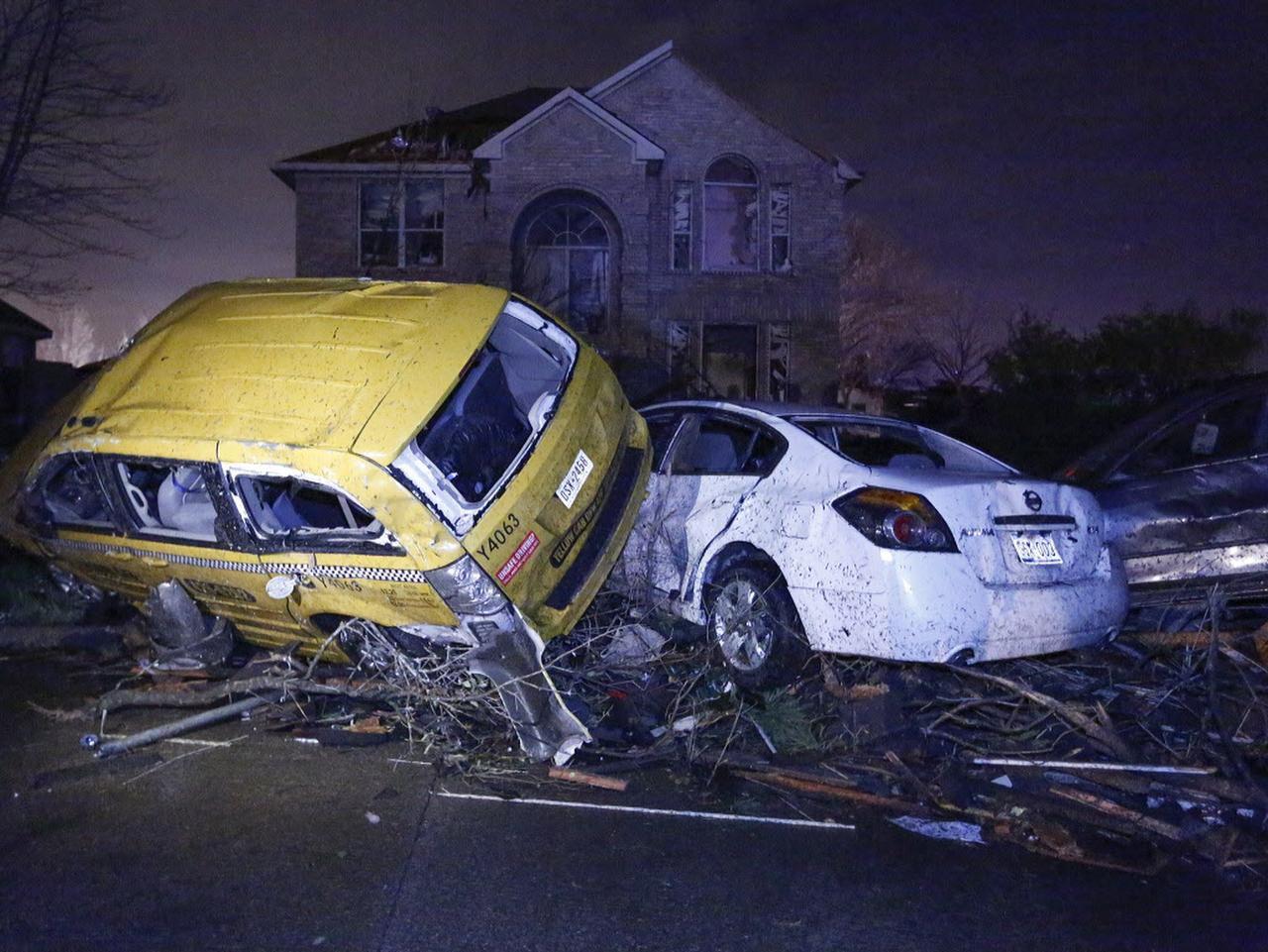 Autos apilados uno encima de otro como resultado de los tornados en un vecindario en el este de Garland. (RON BASELICE/DMN)