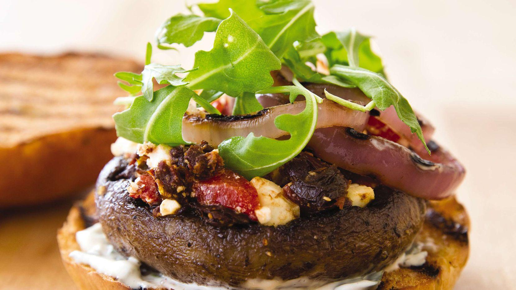 Hamburguesa de champiñones portobello. (Joe Keller/America's Test Kitchen via AP)