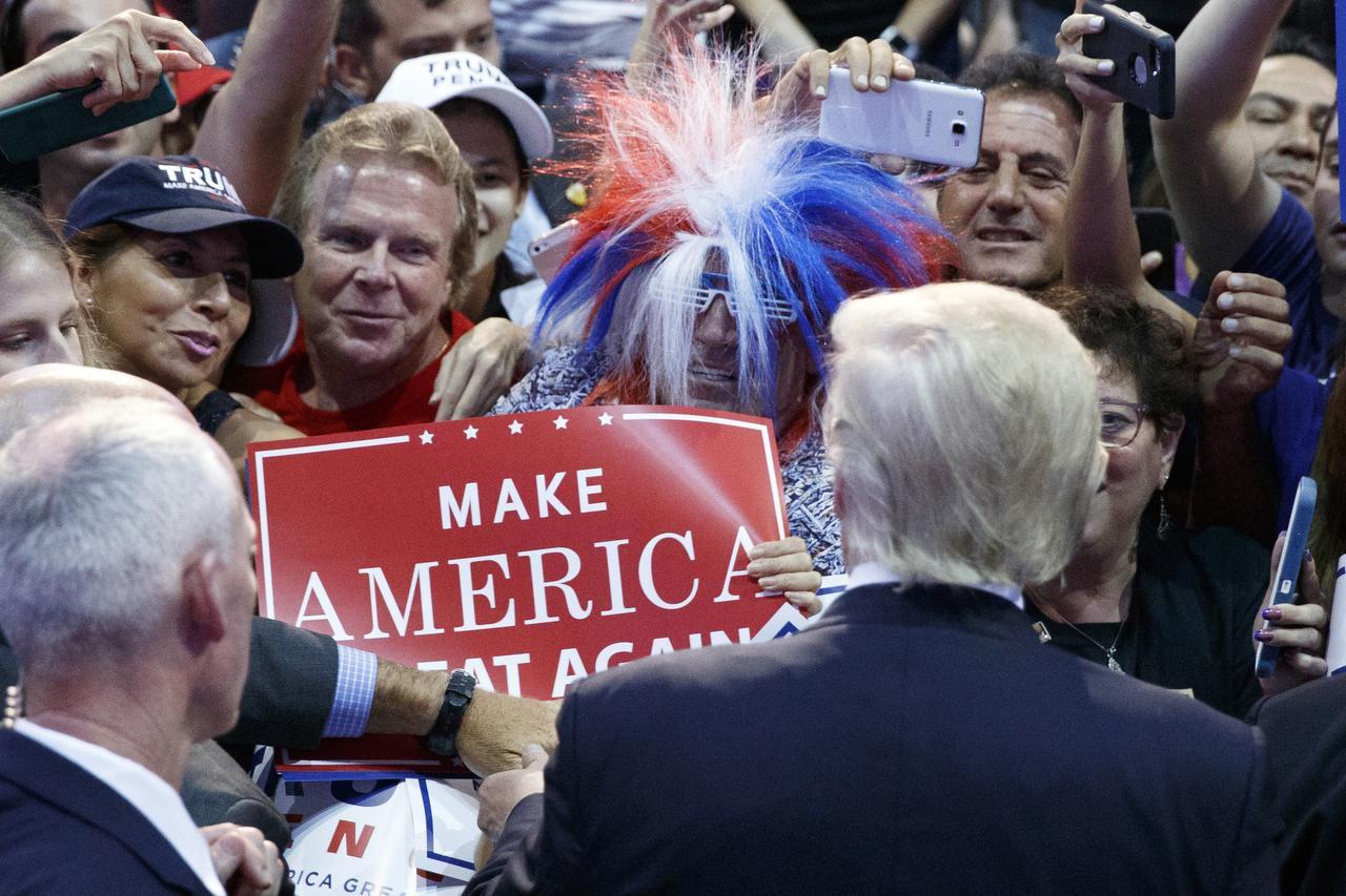 El candidato republicano Donald Trump saluda a sus simpatizantes en Sunrise, Florida. (AP/EVAN VUCCI)