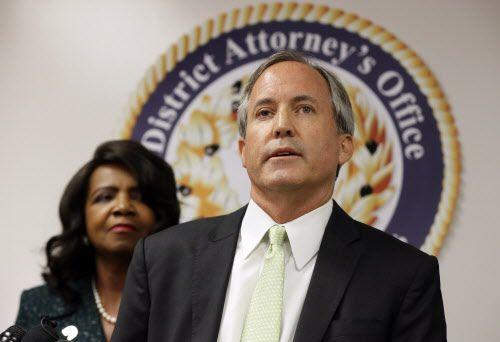 Ken Paxton dijo que comenzará a aplicar la ley SB4 inmediatamente.