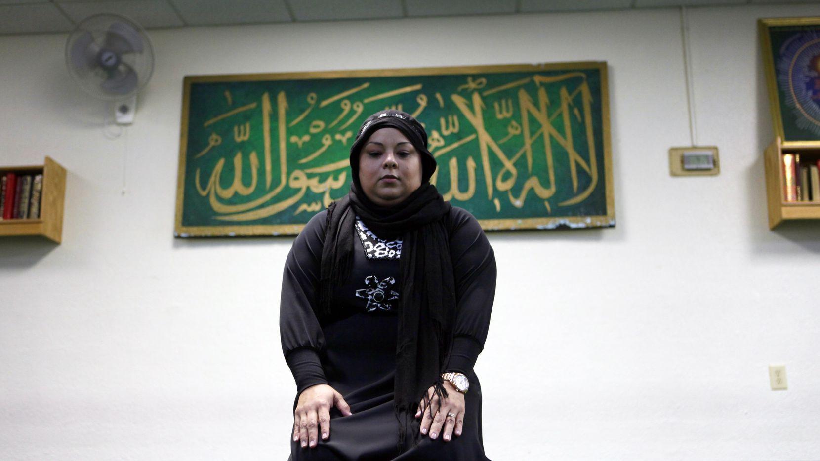 April Rodriguez, 35, demuestra el Isha, la oración de la noche en la Asociación Islámica del Norte de Texas en Richardson. BEN TORRES/ESPECIAL PARA Al DÍA