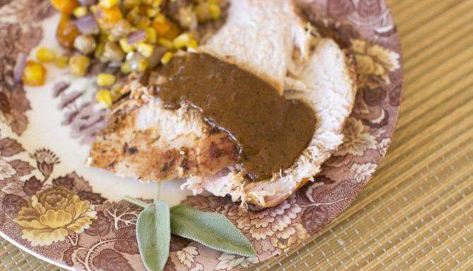 El pavo con salsa BBQ se puede acompañar con relleno, camote y calabacita asada con mantequilla. (AP/MATTHEW MEAD)