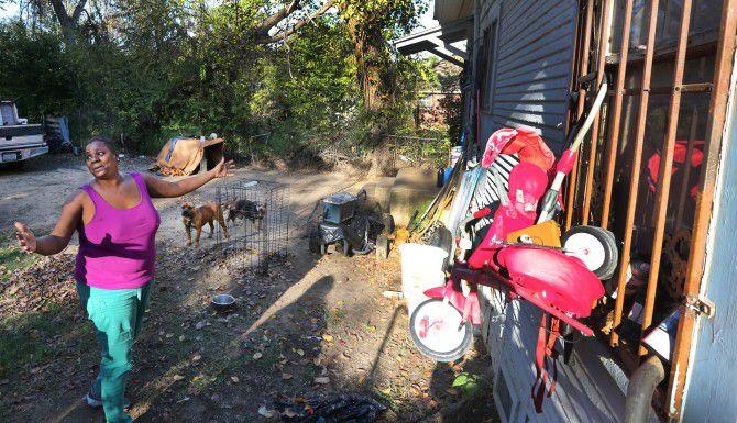 Nina Eldridge explica como ha colgado algunos artículos de la reja de la ventana para que los animales no se metan a la casa. (LOUIS DeLUCA/DMN)