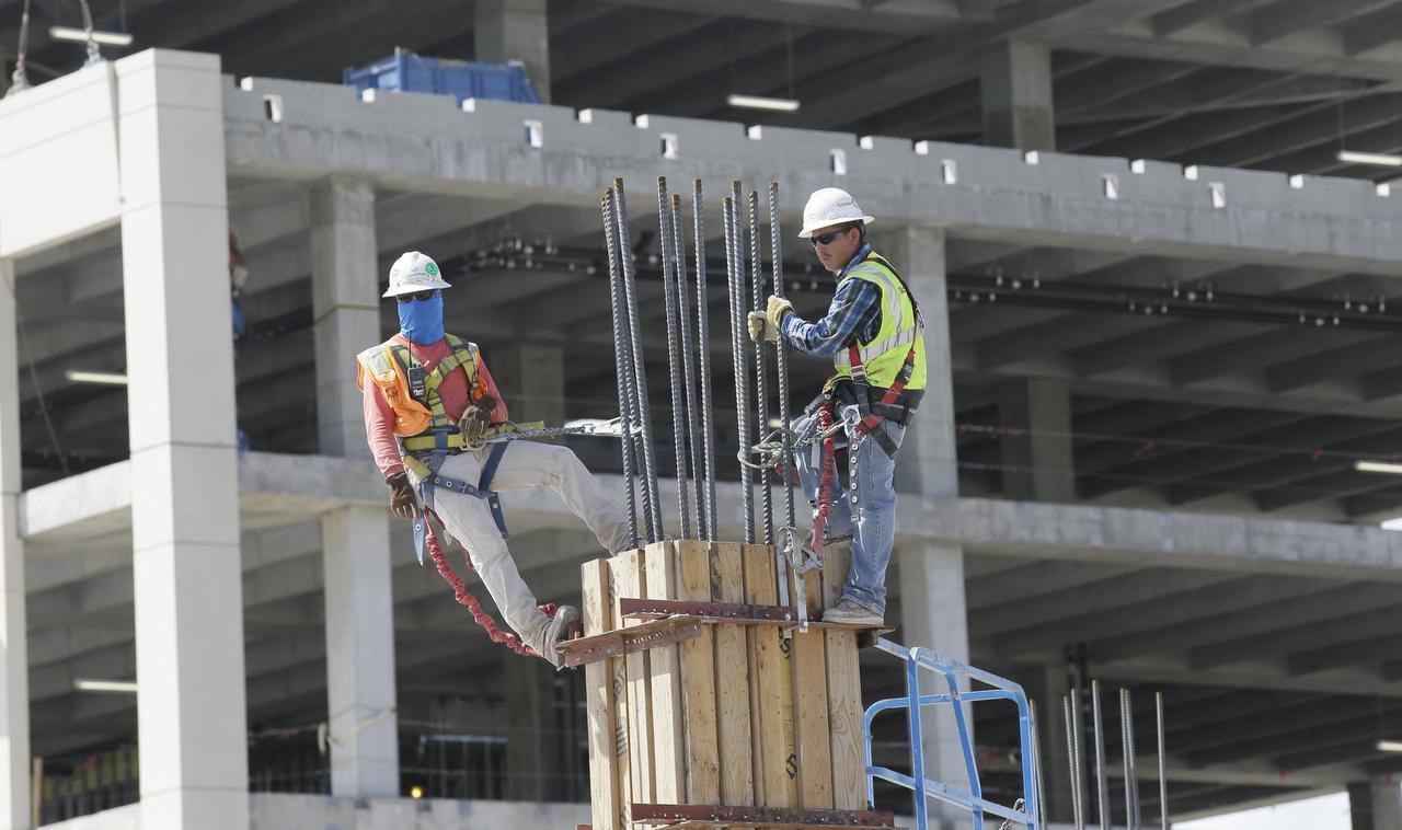 Los arneses para los trabajadores de construcción no siempre se utilizan. En Texas, los latinos fueron los más propensos a morir en su sitio de trabajo. (AP/LM OTERO)