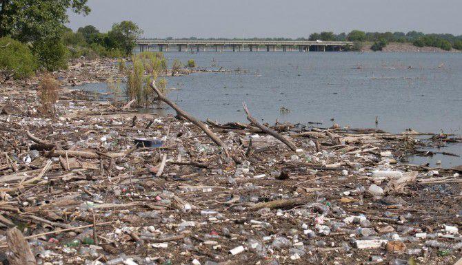 Las tormentas depositaron toneladas de basura en el lago Ray Hubbard, la cual ahora se acumula en las orillas y molesta a propietarios de viviendas cercanas en Garland. (Especial para DMN/REX C. CURRY)