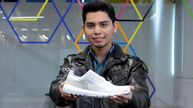 Víctor Kevin González Beltrán, adolescente mexicano que creó su versión de tenis de 'Volver al futuro. AGENCIA REFORMA