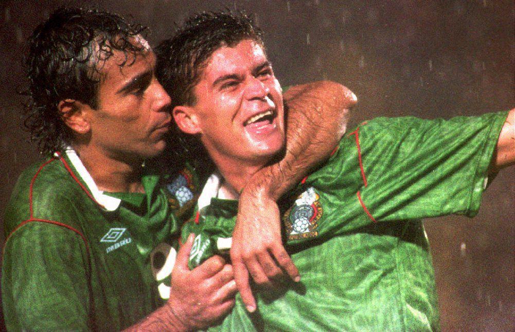 Ramón Ramírez (der.) representó al Tri en los 90. (AFP/Getty Images/DANIEL GARCIA)