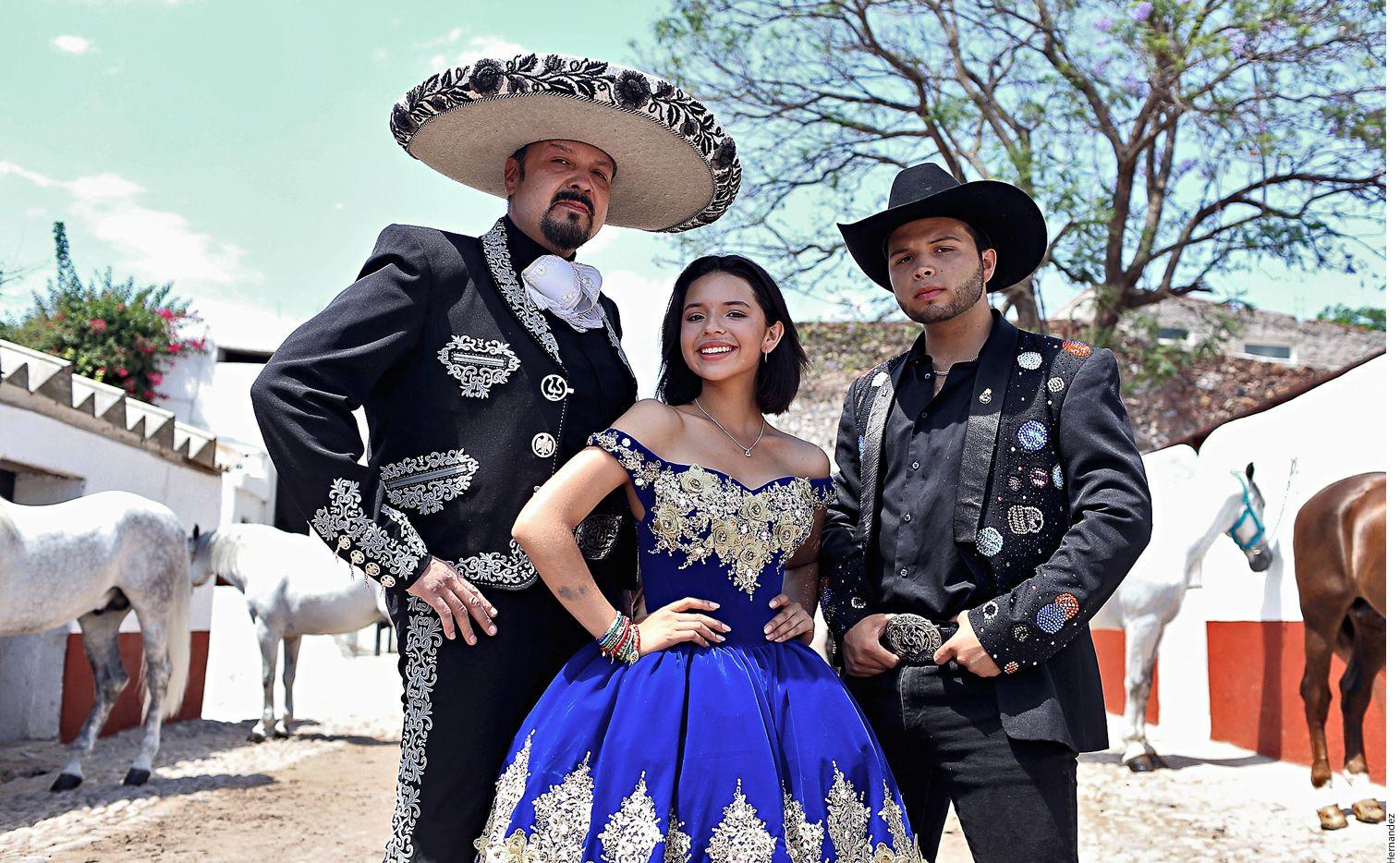 En el espectáculo ecuestre de Pepe Aguilar (izq.), que estrena este viernes en Aguascalientes, participan sus hijos Angela (centro) y Leonardo (der.). AGENCIA REFORMA