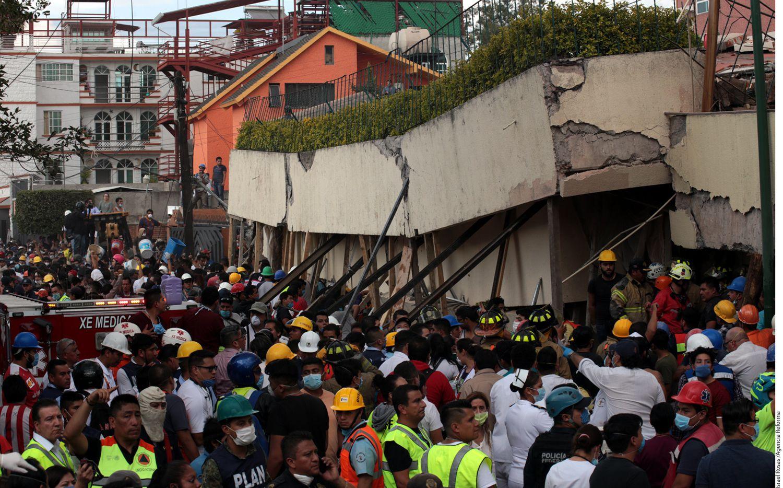 Rescatistas tratan de ingresar a la estructura derrumbada del Colegio Enrique Rébsamen, en la Ciudad de México. AGENCIA REFORMA.