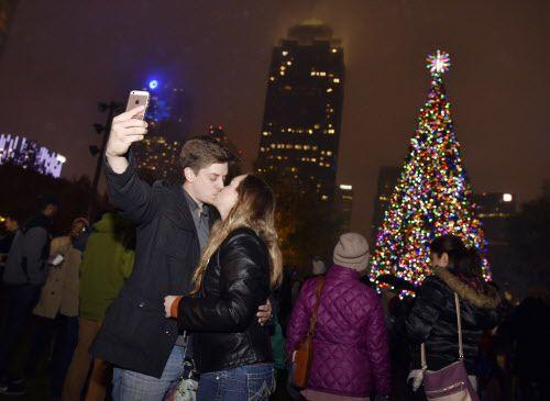 Un beso y selfie, con árbol y centro de Dallas incluido. La foto perfecta.