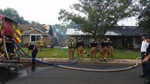 Bomberos de Dallas lograron controlar un incendio que dañó dos hogares en el noroeste de la ciudad. (DMN/PAULINA PINEDA)