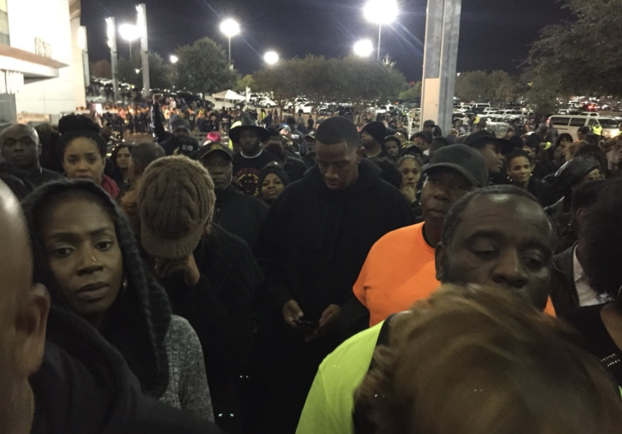 Cientos protestan afuera del AT&T Stadium de los Dallas Cowboys. Foto Twitter de Alisha Ebrahimji