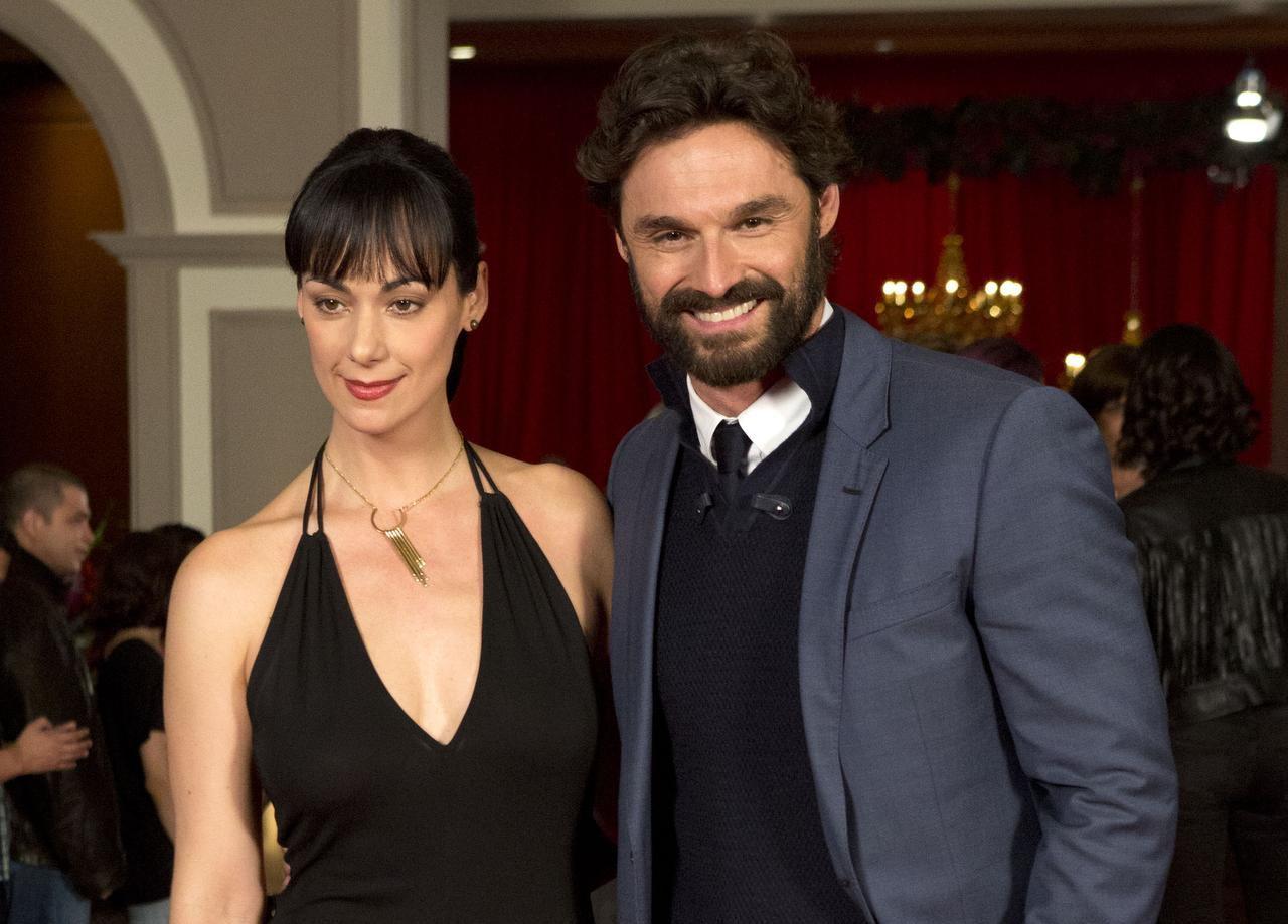 """Gaby de la Garza (izq.) e Iván Sánchez son los protagonistas de """"Yago"""", una adaptación moderna de """"El conde de Montecristo"""". (AP/REBECCA BLACKWELL)"""