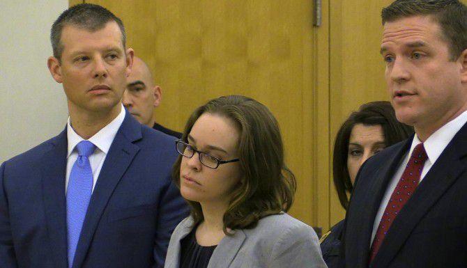 Lacy Spears (centro) durante la audiencia de sentencia en su contra en la corte del condado de Westcheste, en White Plains, N.Y. (AP/JOE LARESE)