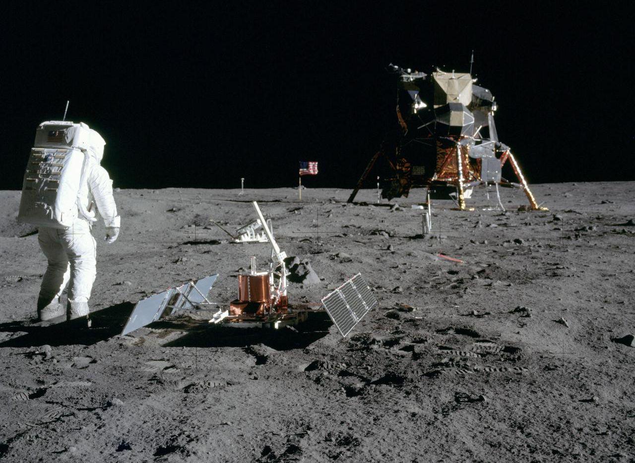 El astronauta Buzz Aldrin instala un aparato científico en la superficie de la Luna durante la misión de Apollo 11.