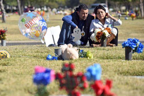Manny y Luz Méndez, de Allen, visitan la tumba de su hijo en Calvary Cemetery en Dallas. BEN TORRES/AL DÍA