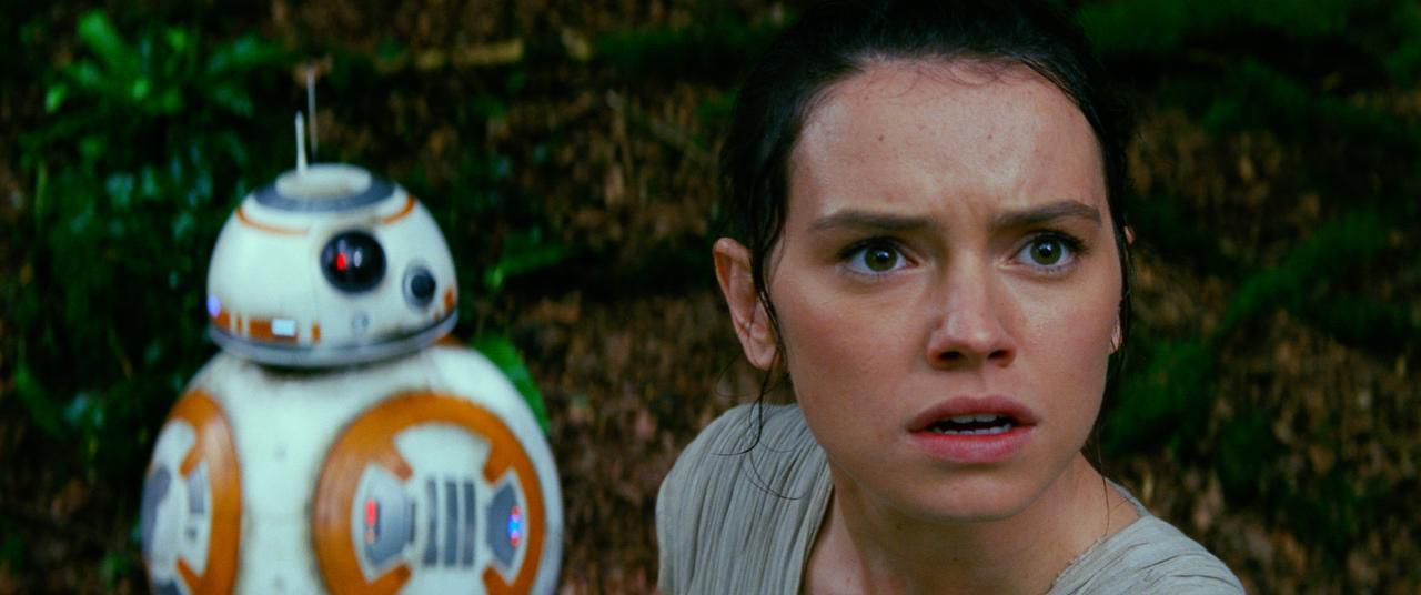 "BB8 y Daisy Ridley en ""Star Wars: The Force Awakens"", que se estrena este jueves.(LUCASFILM)"
