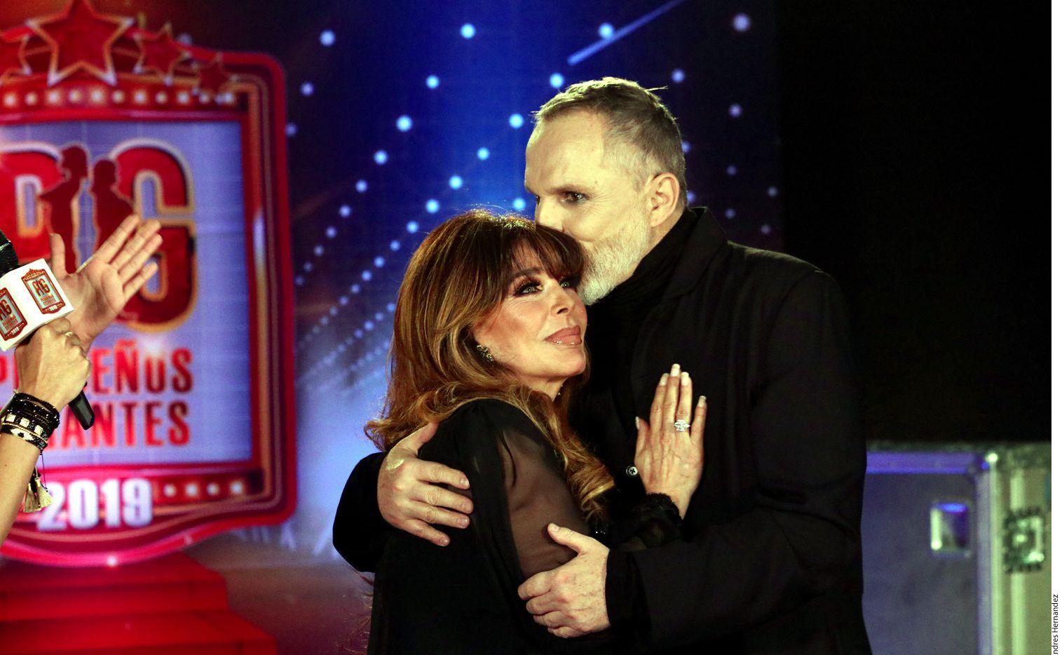 Luego de más de dos décadas de no verse, Verónica Castro y Miguel Bosé se reencontraron ayer en Televisa para grabar unos promocionales del programa Pequeños Gigantes, en el que ambos fungirán como jueces. (AGENCIA REFORMA)