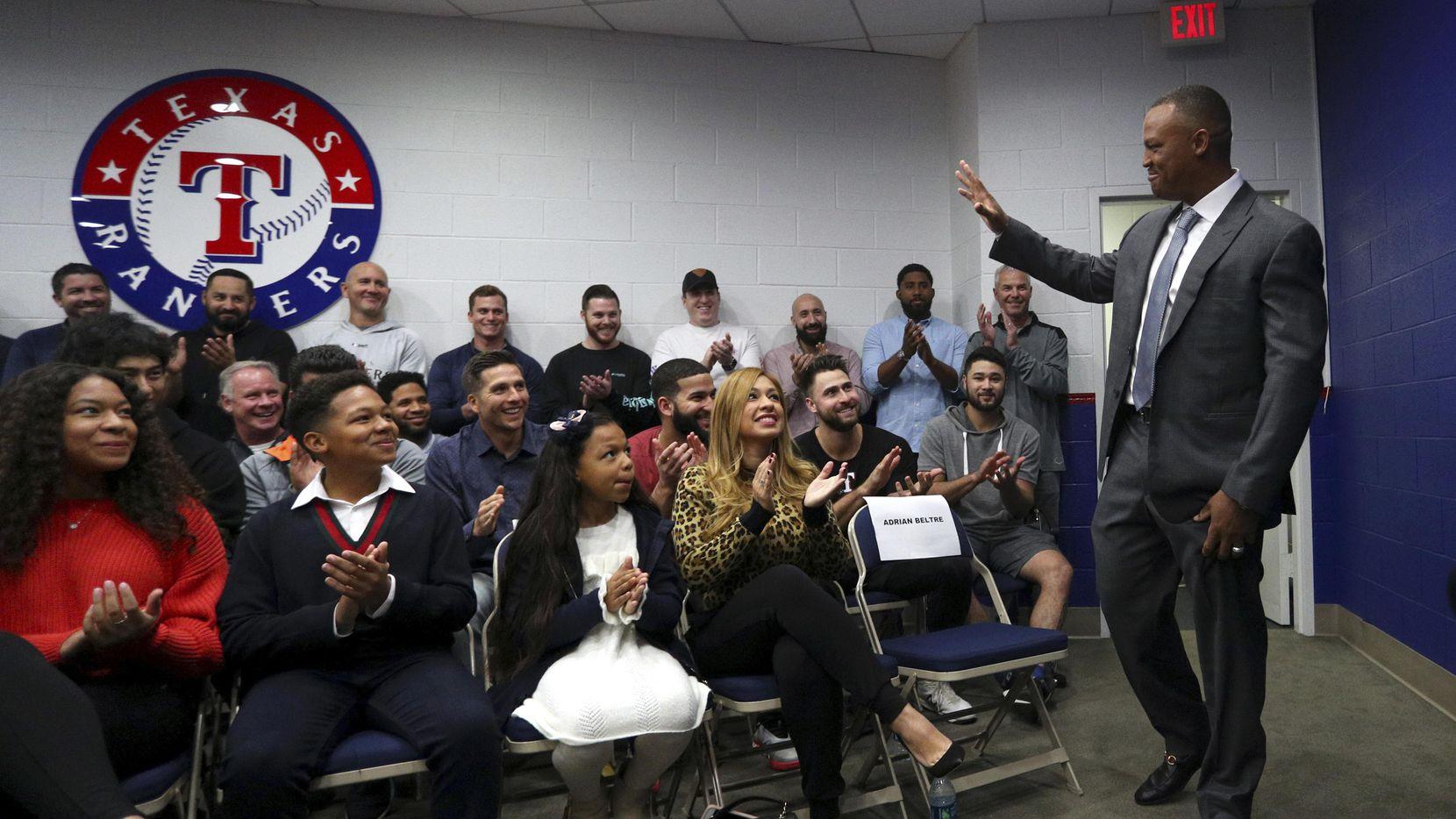 Adrián Beltré saluda a su familia y ex compañeros en los Rangers en la conferencia de prensa del viernes en Arlington. (AP/Richard W. Rodriguez)