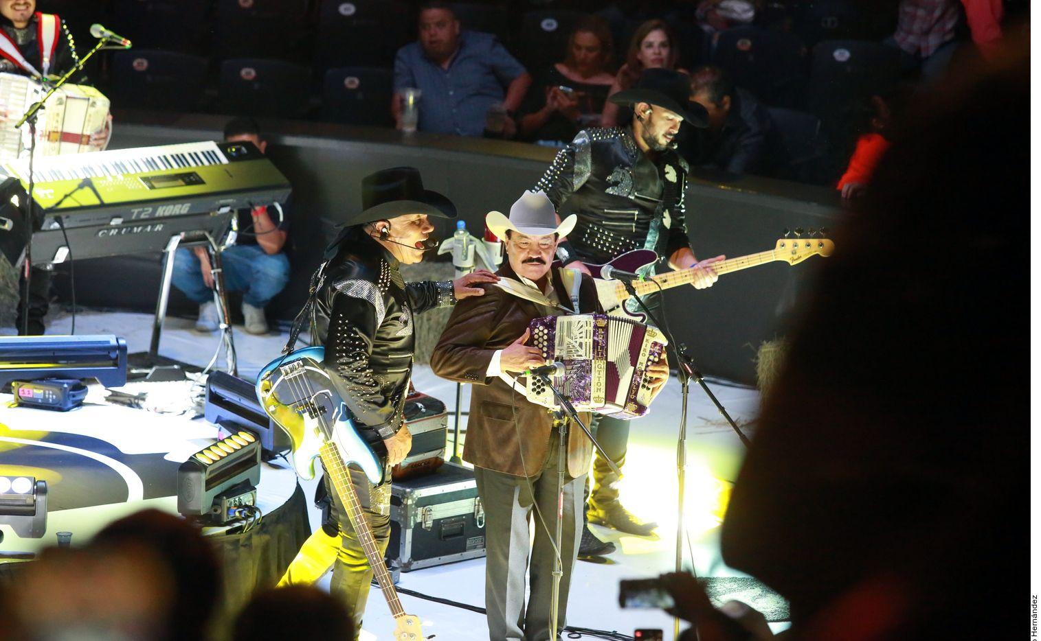 Bronco hizo cantar y bailar al público como siempre, en lo que fue el inicio de la nueva temporada del palenque de la Expo Guadalupe, en Nuevo León./ AGENCIA REFORMA