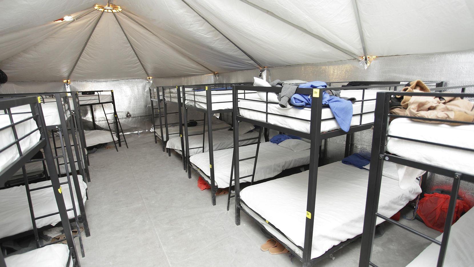 Imágen proporcionada por el Departamento de Servicios Huamnos y de Salud del albergue para menores migrantes en Tornillo, Texas.(AP)