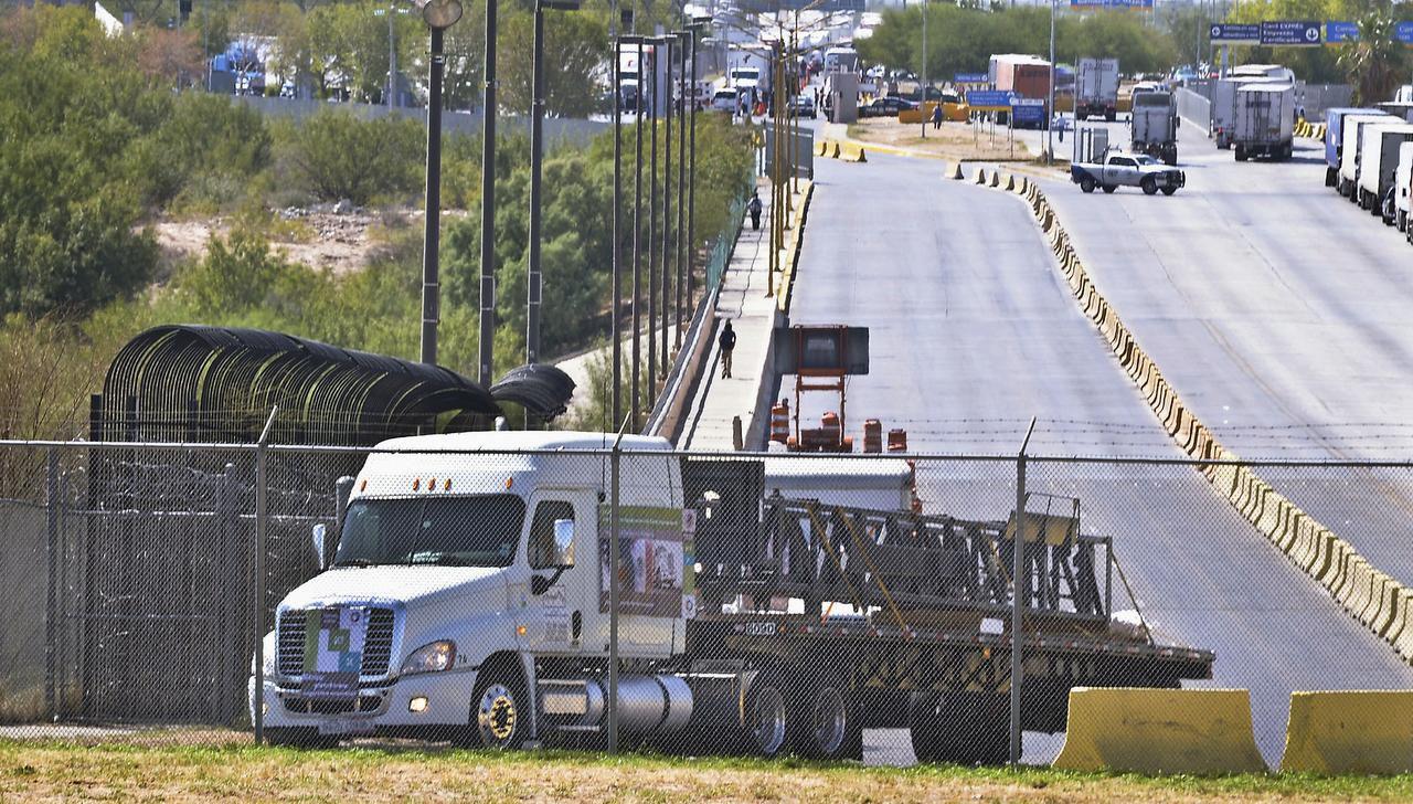 En esta foto del 21 de octubre de 2011, el primer camión comercial que viaja desde Apocada, Nuevo León a Garland, Texas, a través del puente World Trade Bridge, en Nuevo Laredo, Tamaulipas, México. (AP/RICARDO SANTOS)