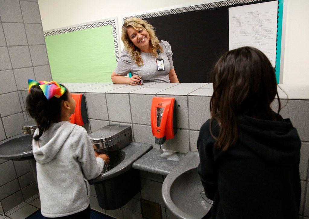 Aaliyah Miranda, la directora interina de la primaria Sequin en Grand Prairie habla con unos estudiantes de tercer grado, el jueves, 18 de abril 2019. (Rose Baca/DMN)