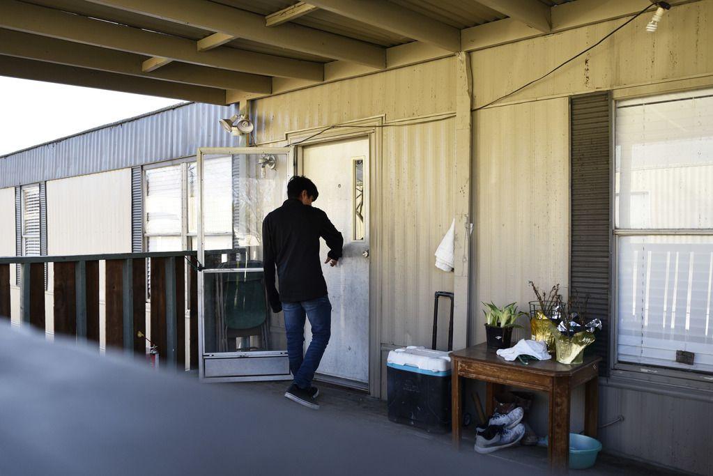 Bryan toca una puerta en un complejo de viviendas móviles en Lewisville. Foto de Ben Torres para Al Día